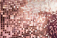 Perspectief van roze roze gouden vierkante mozaïektegels voor achtergrond stock afbeeldingen
