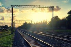 Perspectief van spoorwegen in het avond gele licht Stock Afbeelding