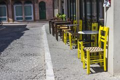 Perspectief van stedelijke de zomerkoffie met steenweg in Lesvos, in Mytilene wordt geschoten die royalty-vrije stock afbeelding