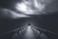 Perspectief van weg naar een toren met zich wolk bewegen geblazen door sterke wind Royalty-vrije Stock Foto's