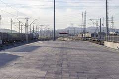 Perspectief wijd van leeg spoorwegbeheer wordt het geschoten buildingOpen voor wijd geschoten van lege spoorlijn in Turkije dat royalty-vrije stock fotografie