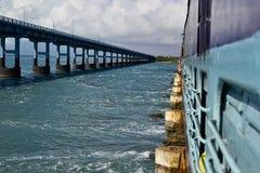 Perspectiefmening aan een wegbrug van een Indische spoorwegtrein op de Pamban-Brug Stock Fotografie