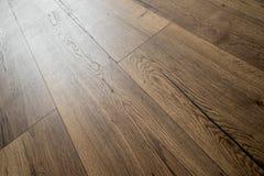Perspectiefmening van de donkere bruine tegels van de mocca eiken vloer Stock Foto's