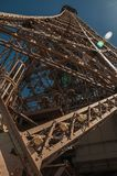 Perspectiefmening van de ijzerstructuur vanaf de bovenkant van de Toren van Eiffel met zonneschijn in Parijs Stock Foto