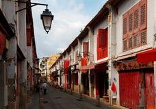 Perspectiefmening van de Straat van Geluk Rua DA Felicidade door traditionele Chinese huizen wordt geflankeerd dat stock fotografie