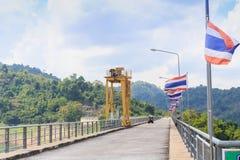 Perspectiefmening van een lange wegdam, met golfauto royalty-vrije stock afbeelding