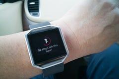 Perspectiefmening van het horloge van de persoonslezing met stappen en hart tracke Stock Afbeelding