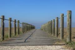 Perspectiefmening van houten voetgang, naar de oceaan, naast het strand royalty-vrije stock foto's