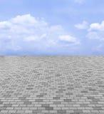 Perspectiefmening van Monotoon Gray Brick Stone Street Road Stoep, de Achtergrond van de Bestratingstextuur met Blauwe Hemel en W Royalty-vrije Stock Fotografie