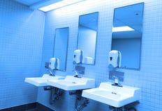 Perspectiefschot van countertop met drie gootstenen en spiegel Stock Foto