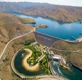 Perspectiva aérea sobre Lucky Peak Earthen Dam famoso en imagen de archivo