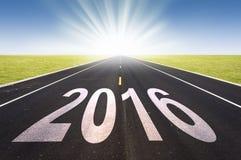 perspectiva 2016 da estrada com sol de aumentação Foto de Stock Royalty Free