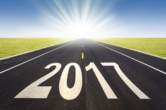 perspectiva 2017 da estrada com sol de aumentação Imagens de Stock Royalty Free