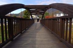 Perspectiva da ponte de madeira da simetria em exterior natural Fotografia de Stock