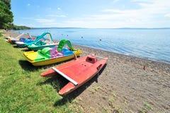 Perspectiva de barcos do pedal no lago Bracciano Fotos de Stock