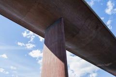 Perspectiva de debaixo de uma ponte enorme, concreta contra o céu do verão fotos de stock royalty free