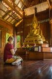Perspectiva de la adoración en budismo tailandés Foto de archivo