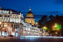 Perspectiva de la catedral y de Nevsky del St Isaac fotografía de archivo
