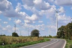 Perspectiva de la central eléctrica y del camino de energía eólica Imagenes de archivo