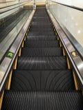 Perspectiva de la escalera móvil imagenes de archivo