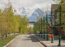 Perspectiva de las luces de calle, montaña de Alaska Fotos de archivo libres de regalías