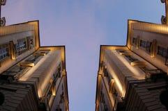 Perspectiva de los edificios en la oscuridad Imagen de archivo libre de regalías