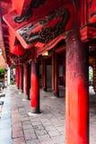 Perspectiva de los haces y de los pilares de madera rojos de tejado con los grabados negros en el templo de la literatura Quoc Tu imagen de archivo