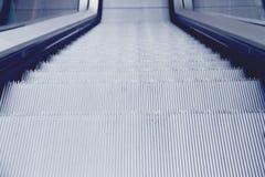 Perspectiva de los pasos de escalera móvil Foto de archivo