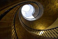 Perspectiva de piedra espiral de la escalera Barandilla del hierro Santiago de Compostela, España foto de archivo libre de regalías