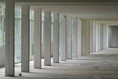 Perspectiva de pilares y de ventanas fotografía de archivo