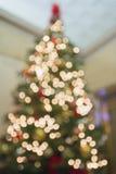 Perspectiva del árbol de navidad Defocused con las luces de Bokeh fotos de archivo libres de regalías