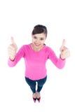 Perspectiva del alto ángulo de una mujer joven sonriente feliz que mira para arriba Imagen de archivo