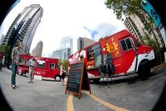 Perspectiva del ojo de pescados de los clientes que compran comidas de los camiones de la comida Foto de archivo libre de regalías