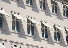 Perspectiva del primer en el edificio gris con el toldo blanco Fotografía de archivo libre de regalías