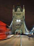 Perspectiva del puente de la torre en la noche, Londres, Inglaterra Imagen de archivo libre de regalías