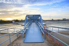Perspectiva del puente del metal para trabajar en el tanque grande de sorbo del agua Fotos de archivo