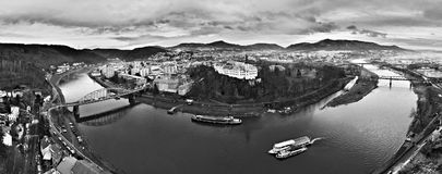 Perspectiva del stena de Pastyrska en la ciudad de Decin con vista panoramatic a la cerradura y el río europeo Elba con las naves Fotos de archivo libres de regalías