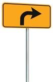 A perspectiva direita do sinal de estrada da rota da volta adiante, amarela o signage isolado do tráfego da borda da estrada esta Fotos de Stock