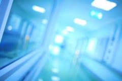 Perspectiva do corredor do hospital Médicos Defocused (científico) imagens de stock royalty free