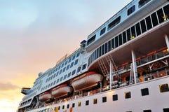 Perspectiva do navio de cruzeiros durante o por do sol Imagens de Stock Royalty Free