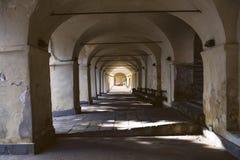 Perspectiva dos cofres-forte de pedra no santuário italiano velho foto de stock royalty free