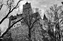 Perspectiva dramática del castillo del salvado en Transilvania imagenes de archivo