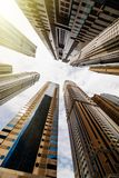 Perspectiva dram?tica con la opini?n de ?ngulo bajo de los rascacielos que miran para arriba al cielo, Dubai foto de archivo libre de regalías