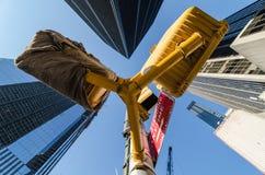 Perspectiva extrema con los semáforos y los edificios. Fotos de archivo