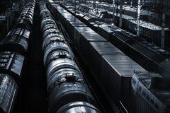 Perspectiva ferroviaria de la noche con los carros del tanque de aceite fotografía de archivo libre de regalías
