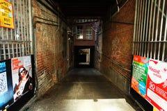 Perspectiva hacia abajo del pasillo de la calle Imagen de archivo libre de regalías