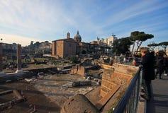 Perspectiva hermosa de las ruinas antiguas en Roma central Imágenes de archivo libres de regalías