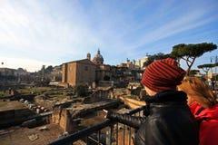Perspectiva hermosa de las ruinas antiguas en Roma central Foto de archivo libre de regalías