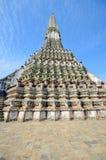 Perspectiva incomum de Wat Arun no fundo do céu azul Imagens de Stock Royalty Free