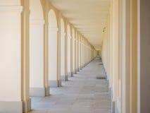 Perspectiva linear en arquitectura beige un pasillo largo imágenes de archivo libres de regalías